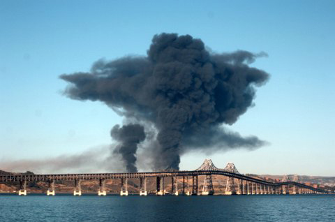 Chevron-Richmond-refinery-fire-bridge-in-foreground-080612-by-Harrison-Chastang